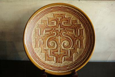 白勢栄悦のアイヌ彫大皿|小樽窯